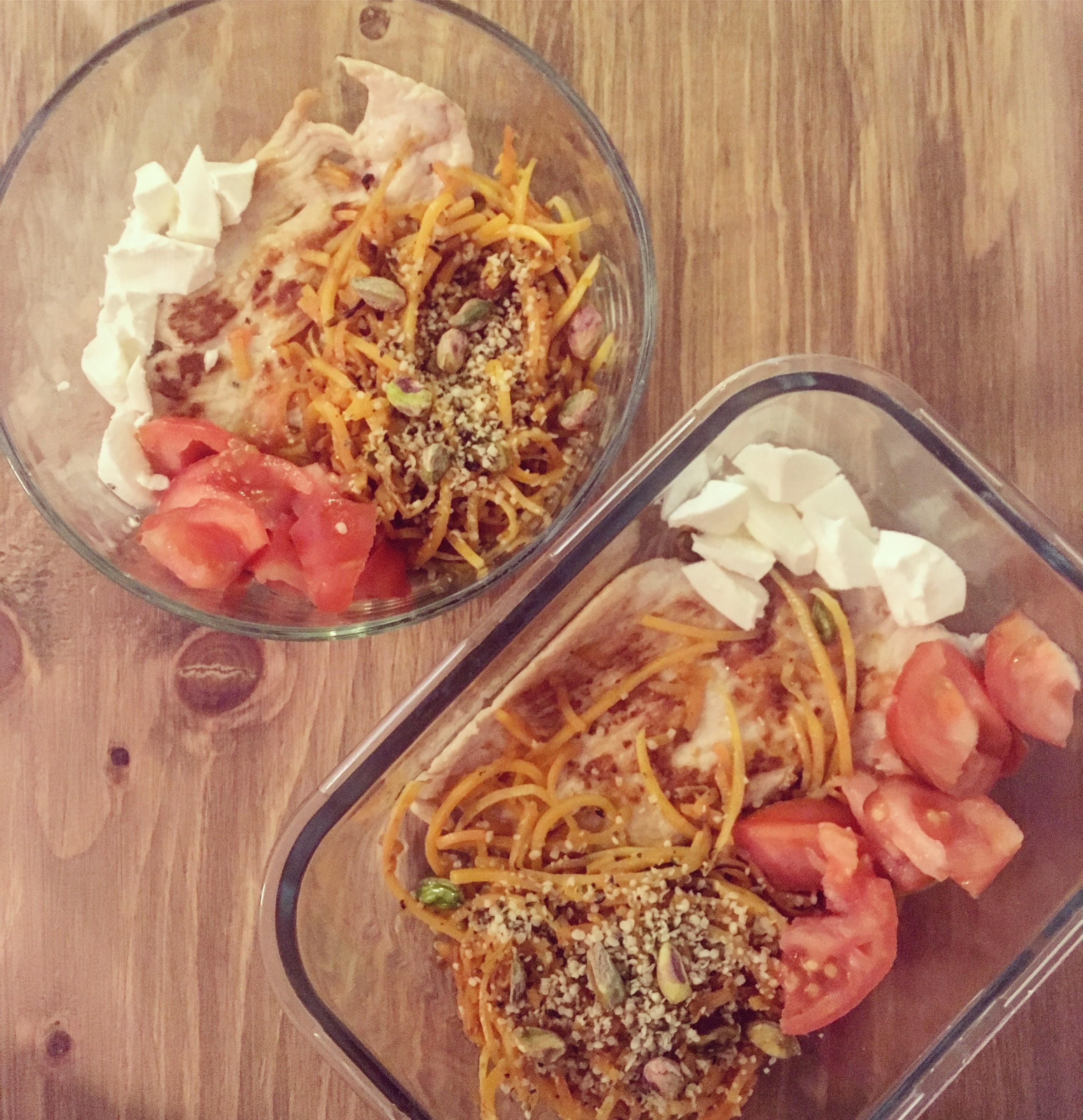 Espirales de calabaza con pistachos, semillas de cáñamo y filete de pollo