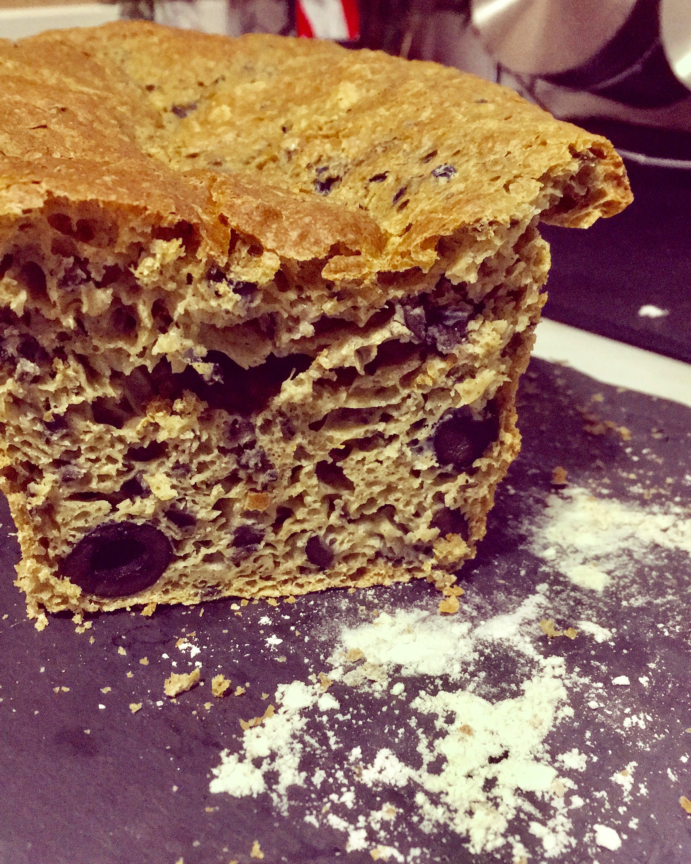 pan de harina integral y aceitunas negras