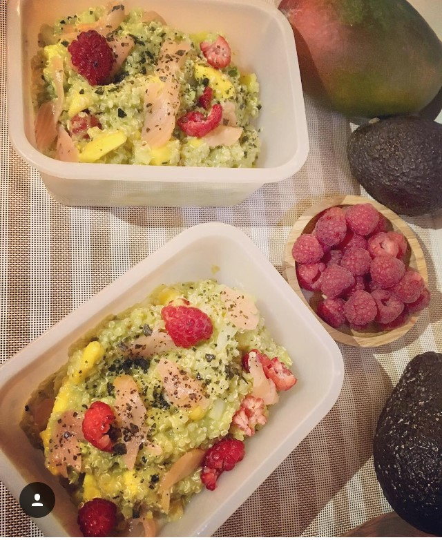 Ensalada de quinoa, aguacate, salmón y mango
