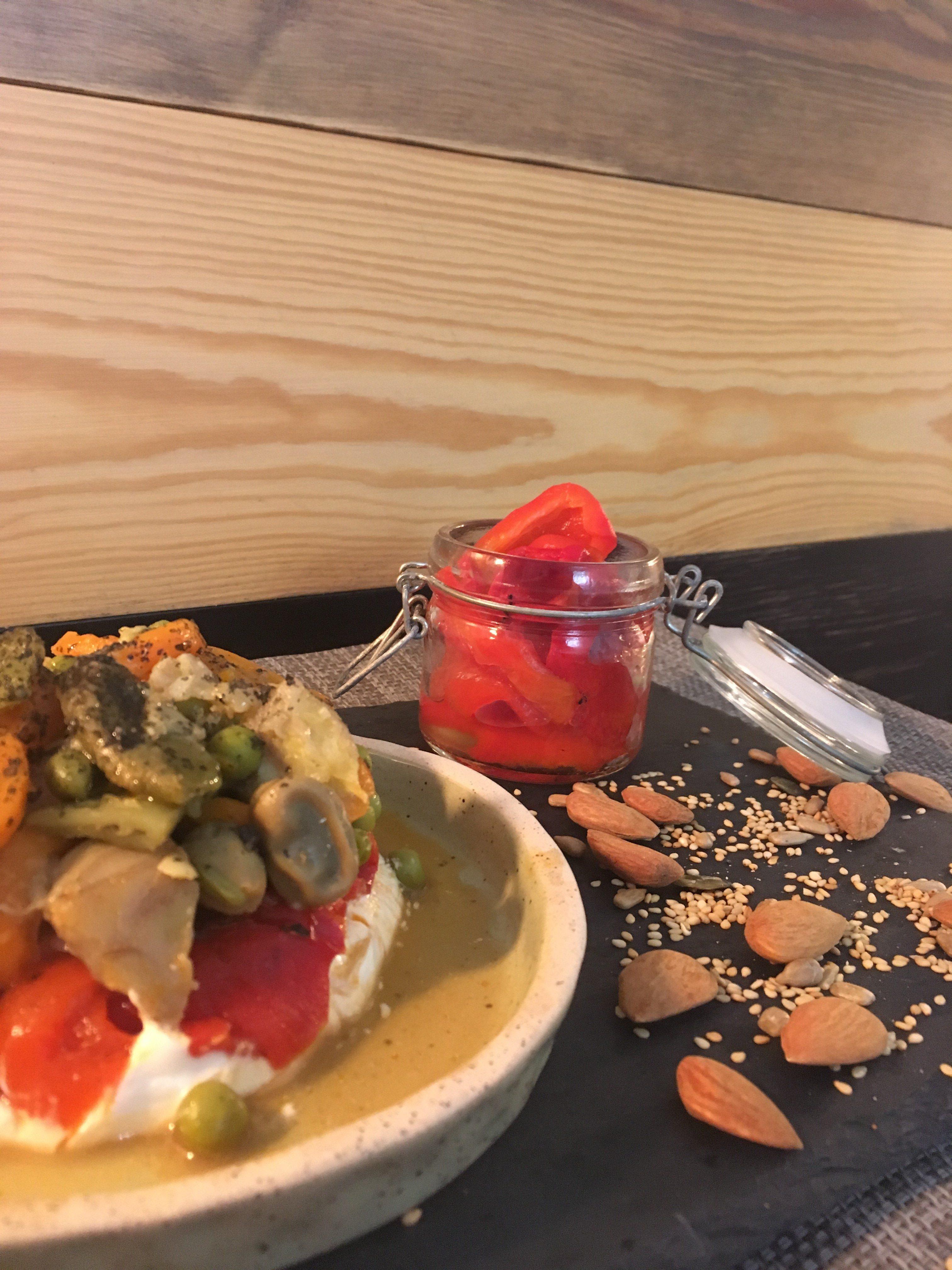 Timbal de menestra , queso fresco y pimientos rojos