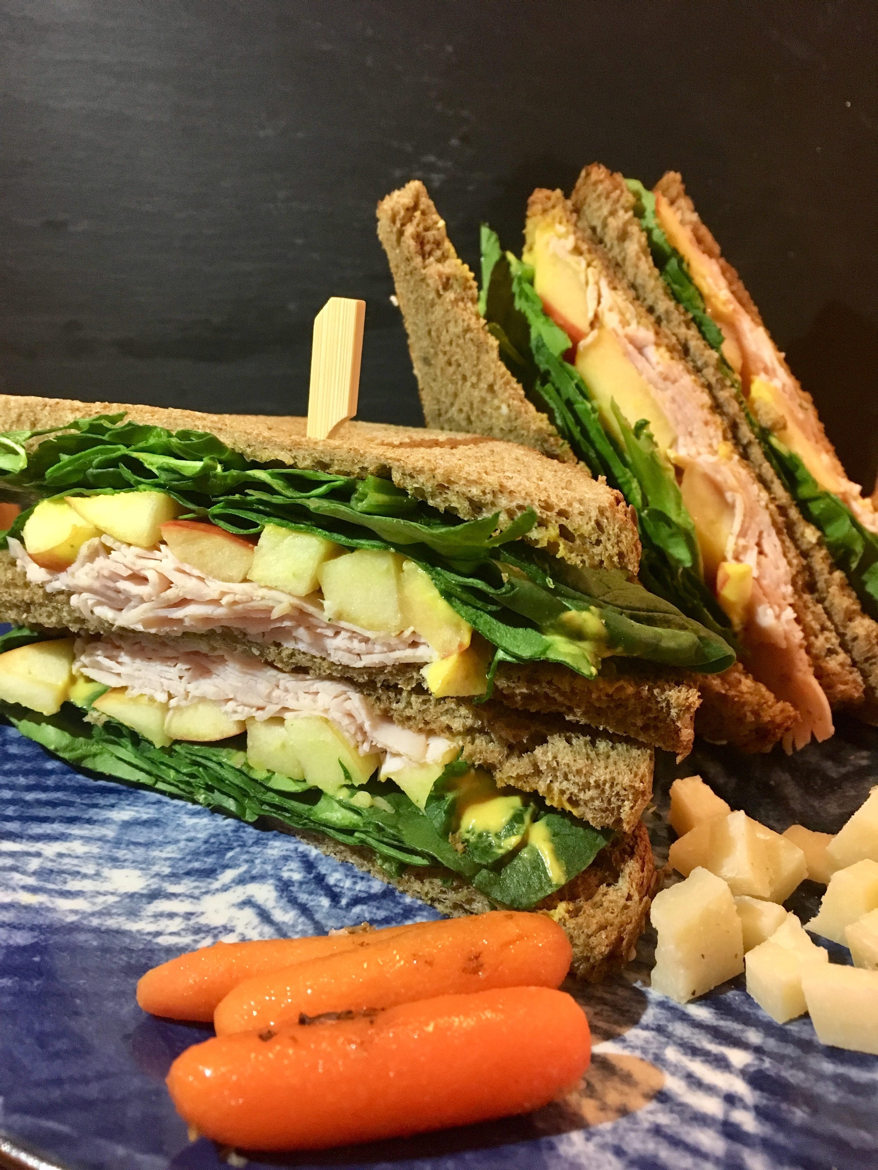 Sandwich de pavo, manzana, espinacas